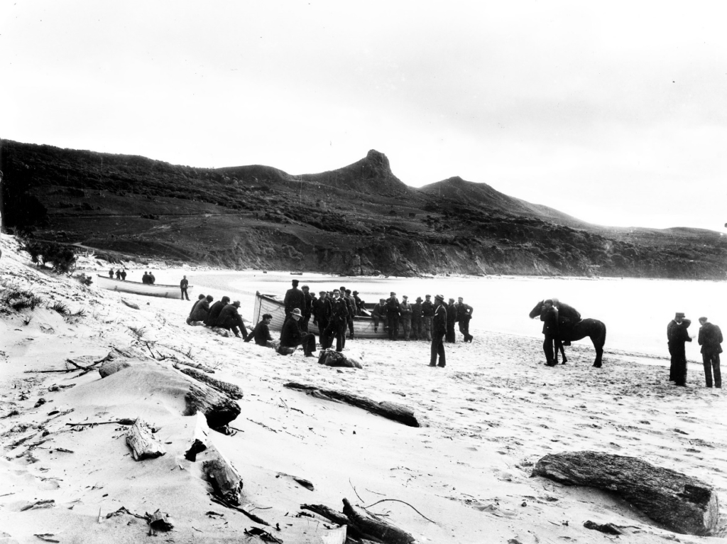 Rescuers, crew members and lifeboats from the SS Ventnor on Omapere Beach, Hokianga Harbour in 1902. Photo from the Northern Advocate.